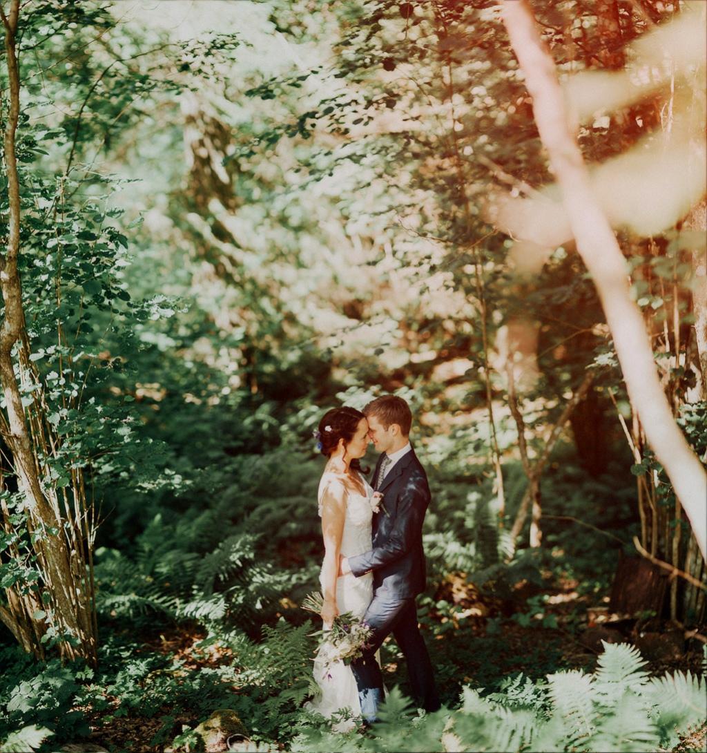 Bröllopsfoto på Sofie och Erik i skog med vintagestil