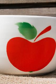 Saladier motif pomme vintage - années 70. La puce au grenier