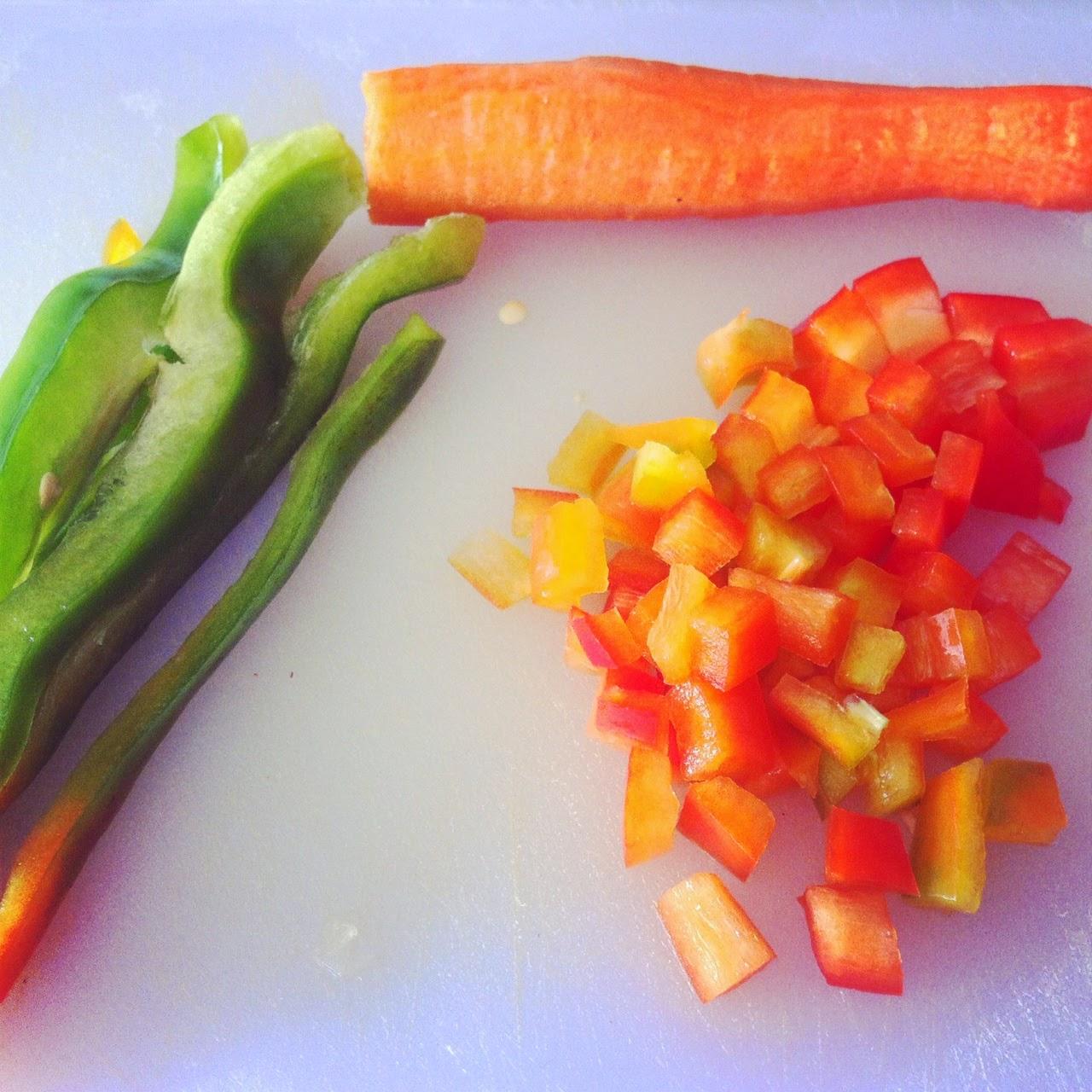 Cortando pimientos y zanahoria.