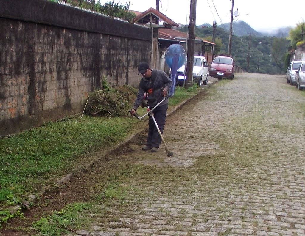 Capina e limpeza na Rua Nossa Senhora de Nazaré, na Fazendinha