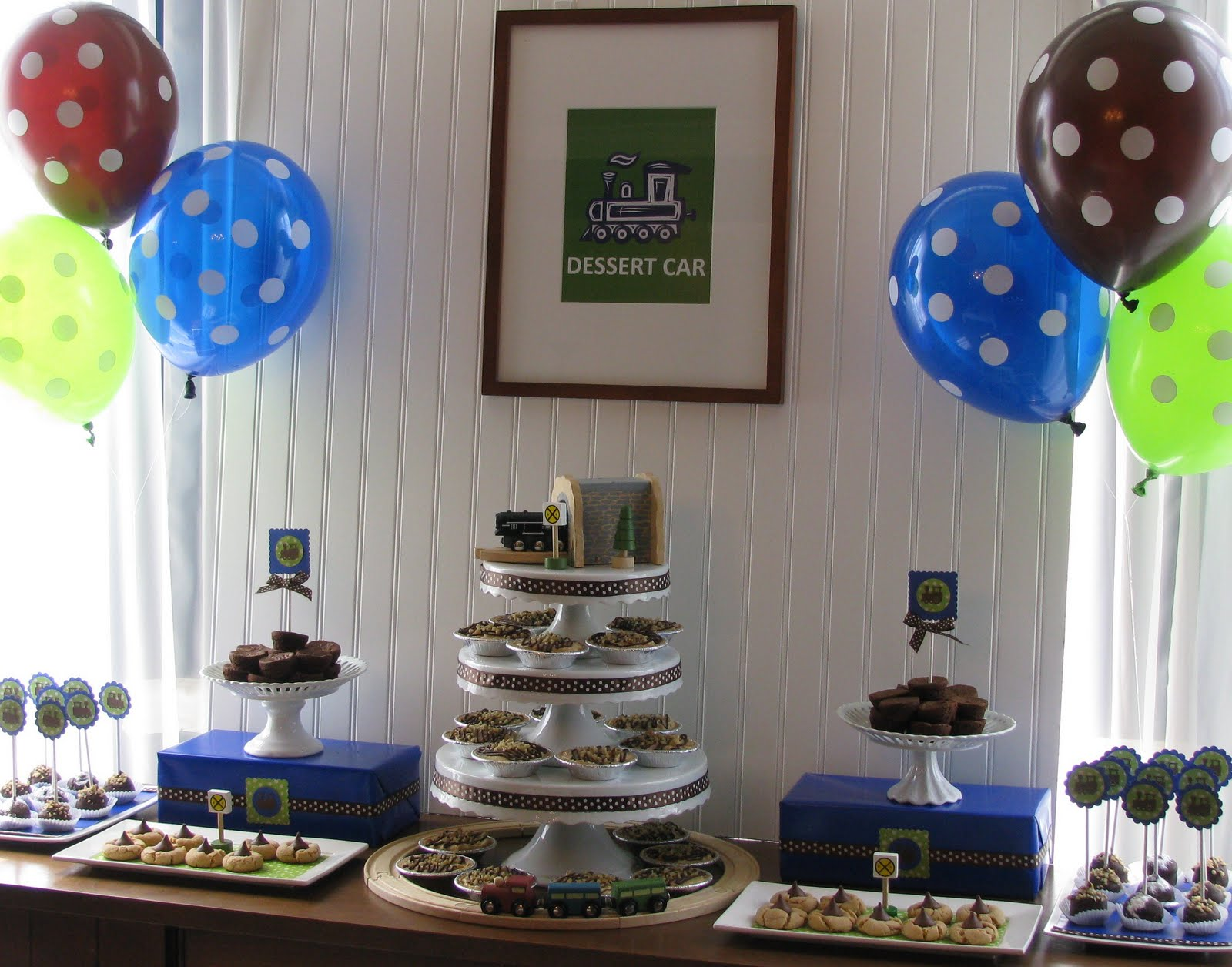 Sheek shindigs a train themed baby shower dessert table for Baby shower theme decoration
