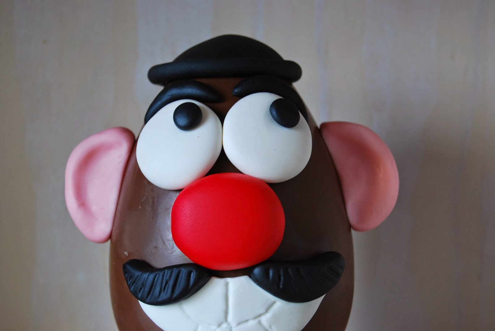 best mr. potato head in chocolate and fondant tutorial for easter. El mejor tuturial para huevo de pascua mr. potato de fondant
