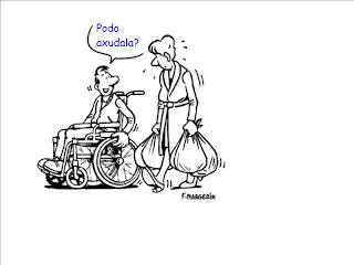 Un joven en silla de ruedas pretende ayudar a una mujer cargada con bolsas.