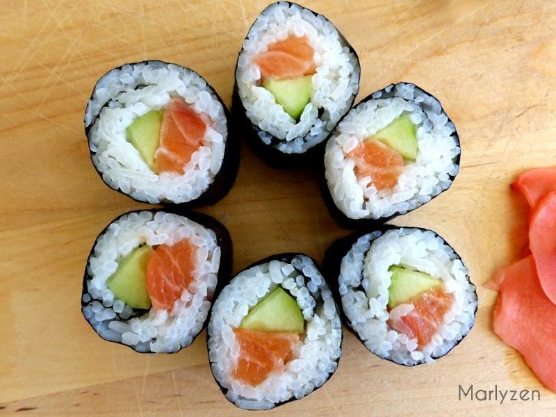 Maki au saumon, avocat et concombre.