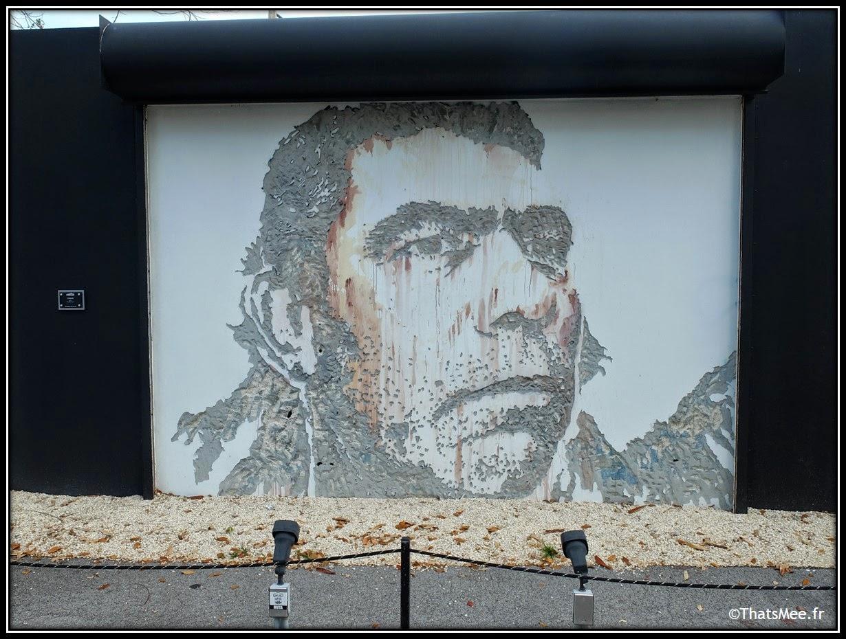 Vhils street artist Wynwodd Doors art district, Miami art basel vosage gravé dans le béton