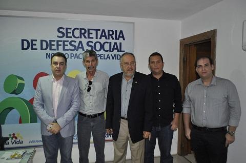 Acompanhado do representante dos comerciantes de Limoeiro, José Humberto se reúne com Secretário de Defesa Social