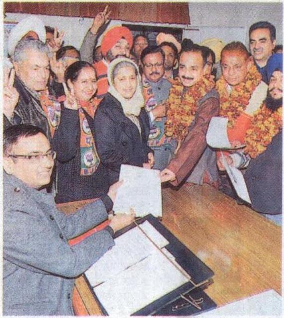 श्री सत्य पाल जैन एवं मेयर, वरिष्ठ उपमहापौर व उपमहापौर पद के भाजपा उम्मीदवार निगम में संयुक्त आयुक्त को नामांकन पत्र सौंपते हुए।