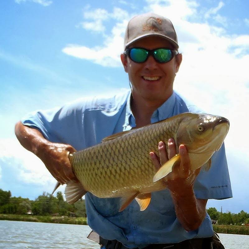 Fly Fishing For Carp - 16lb Grass Carp on the fly