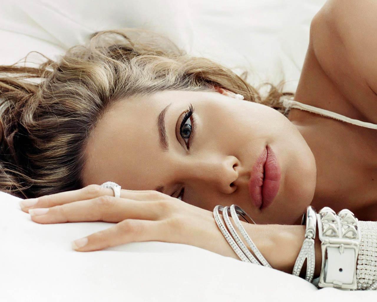 http://1.bp.blogspot.com/-Km1uGYNeoiw/TkuvvjIlMPI/AAAAAAAAAI4/vFyj34pdmh0/s1600/angelina-jolie-3.jpg