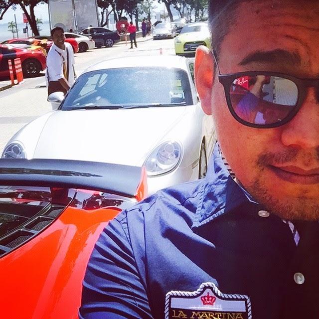 Azlan selfie di sisi Ferrari merah