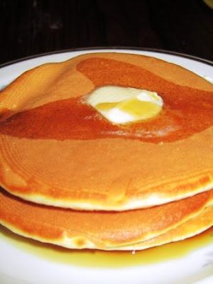 Pancakes mit Butter und Ahornsirup