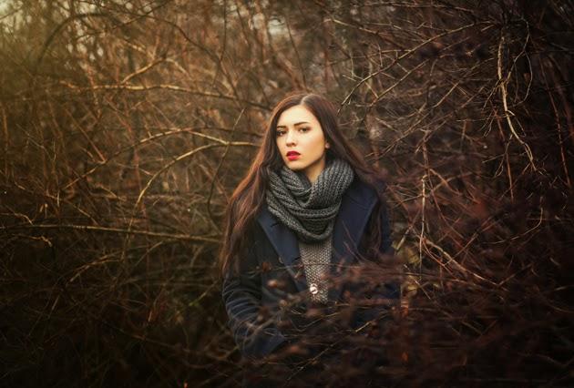 фотоснимок девушки в пальто