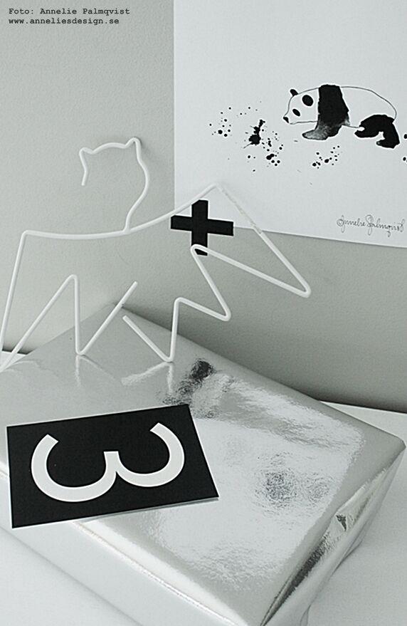 paketinslagning, tips, julklappstips, panda konsttryck, poster, posters, svart och vitt, svartvit, svartvita, batman, batmangalge, batmangalgar, vitt, vit, presenttips, barnrum, barnrummet, vykort, svartvita kort med siffror och bokstäver, grafisk, grafiska, washitejp, upphängning, tavla, tavlor, konsttrycket, barntavla, barntavlor, webbutik, webbutiker, webshop, inredning, annelies design, interior, silver papper, inslagning, isbjörn, rusta,