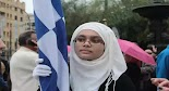 Μαθήτρια με μαντίλα παρέλασε ως Σημαιοφόρος σήμερα στην μεγάλη μαθητική παρέλαση του Συντάγματος κ...