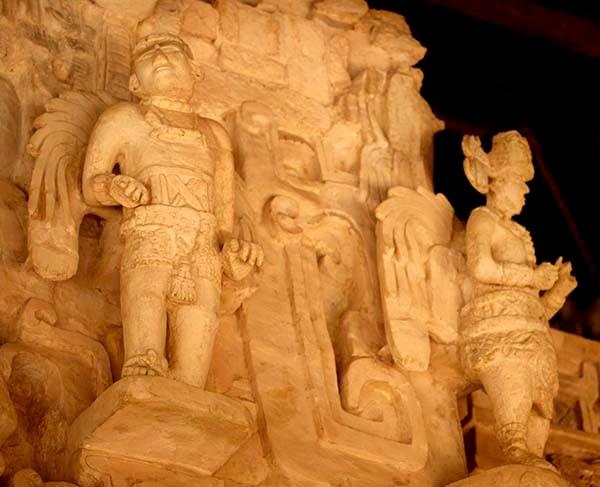 Cuando vi las esculturas de los seres alados de Ek Balam por primera hace seis años nació  en mí la inquietud de saber que significaban  aquellos seres y si tendrían alguna relación con  los ángeles judeocristianos.