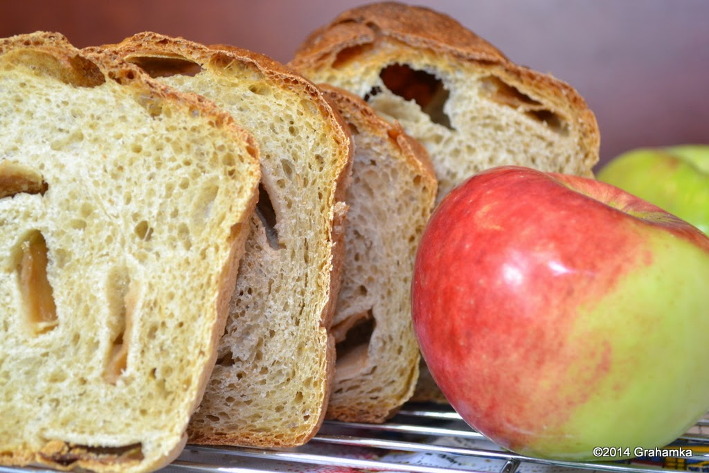 Chleb jabłkowy i jabłko.