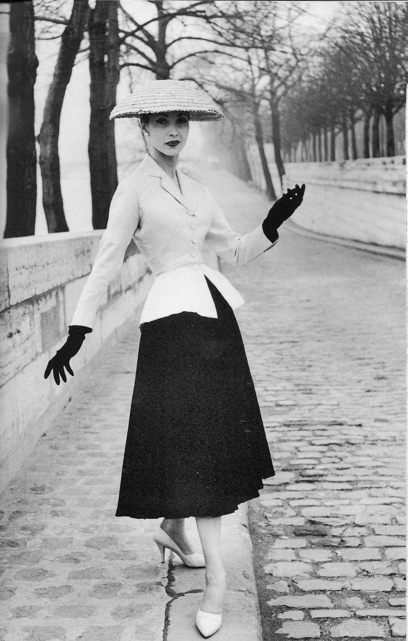 Nella Parigi invasa dai tedeschi molte case di moda avevano chiuso, mentre  le esigenze del conflitto richiedevano di utilizzare il materiale tessile,