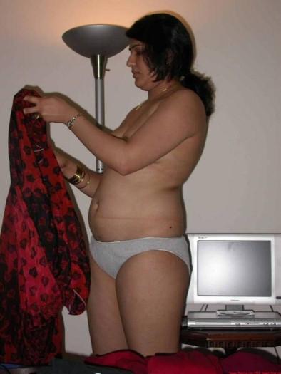 Hot Aunty Nisha Showing Her Boobs