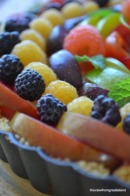 Beautiful and healthy no-bake fruit tart