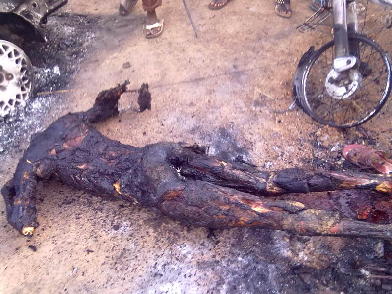 Mob Roasts Suspected Kidnapper Alive In Kwara State (Photo) Mob+Roasts+Suspected+Kidnapper+1