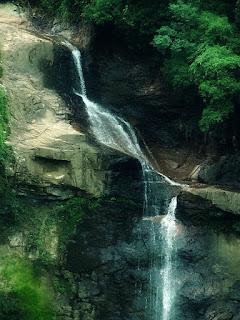 Início da queda d´água da Cascata Véu de Noiva, em Galópolis, Caxias do Sul. Pequeno volume de água escorre pela rocha.