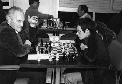 Capdevila jugando una partida en el Club Ajedrez Vic