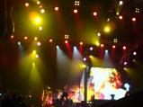 Scorpions, 9 iunie 2011, encore, Klaus Meine (cu steagul), Pawel Maciwoda si James Kottak