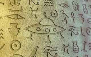 Os hieroglifos egípcios incluem desenhos feitos na pedra que sugerem que objetos muito parecidos com discos voadores podem ter sido vistos no Vale do Rio Nilo.