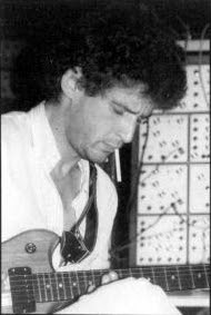 Richard Pinhas tocando en 1980 la guitarra controladora Roland G-808, parte del sistema Roland GR-300 Polyphonic Guitar Synthesizer