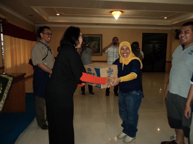 Aqua Serahkan Bantuan Untuk Korban Banjir Jakarta