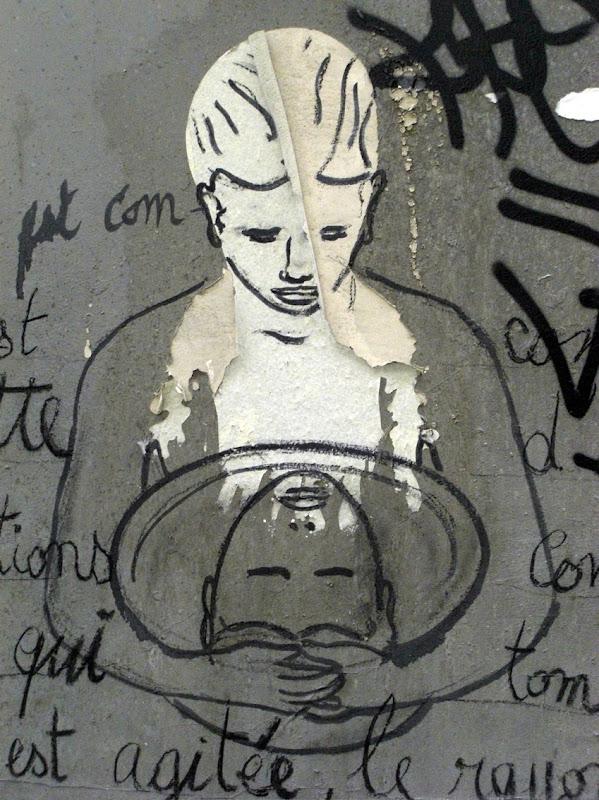 Weiblicher Kopf ls wilde Wandmalerei, das sein Konterfei in der Spiegelung einer Schüssel betrachtet