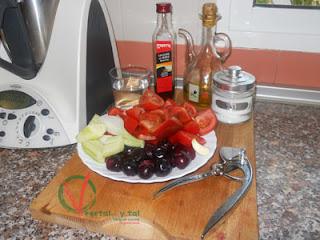 Ingredientes para el Gazpacho de cerezas.