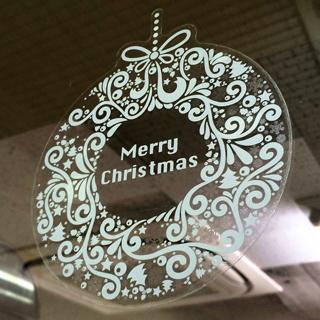 窓に貼られたクリスマスリース型ウィンドウフィルム