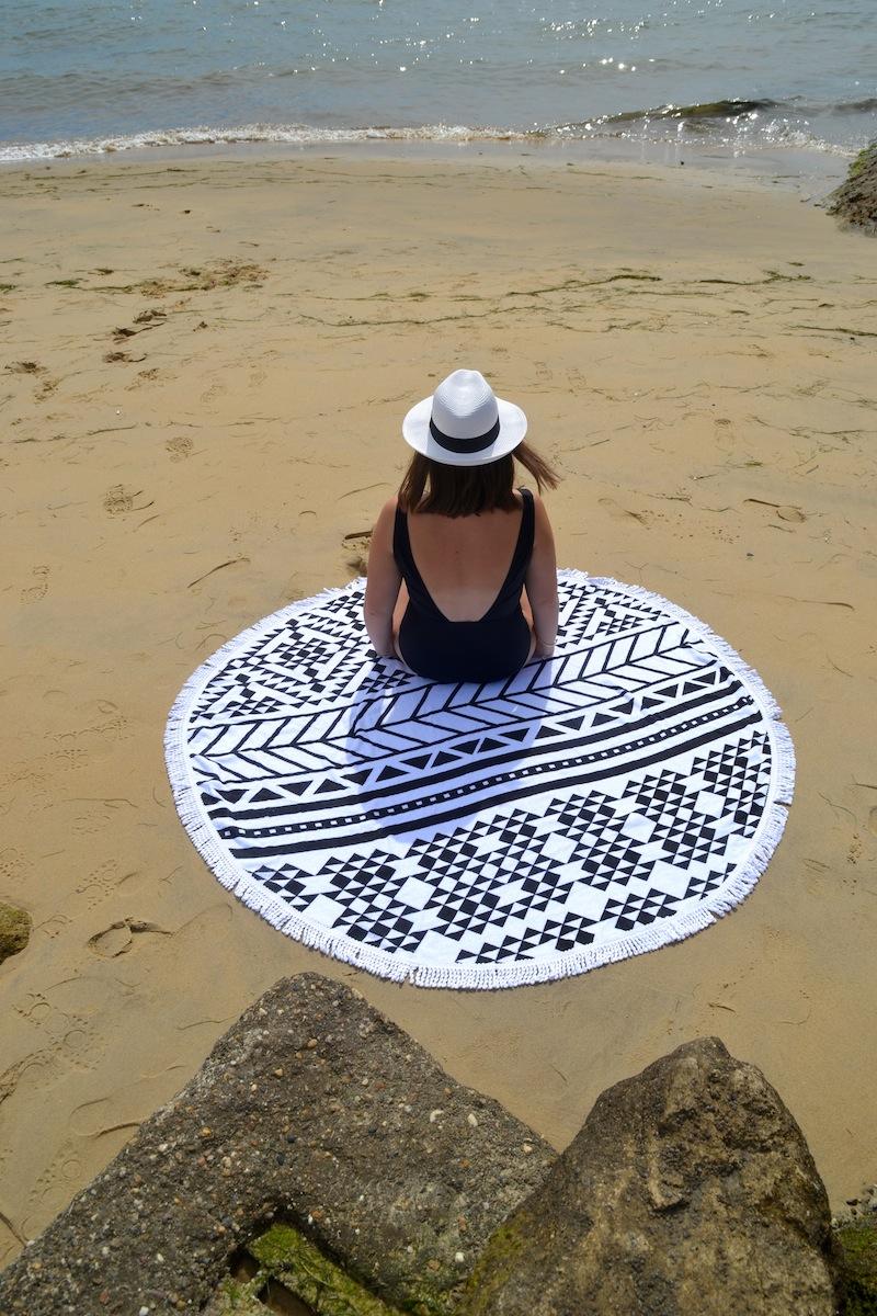 tenue en maillot de bain 1pièce dos nu ASOS, serviette ronde motif aztéque, panama et So Real de l'usine à lunettes