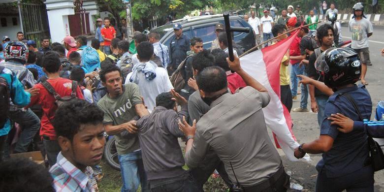 Jejak Post | Mahasiswa Universitas Patimura Bentrok Dengan Polisi