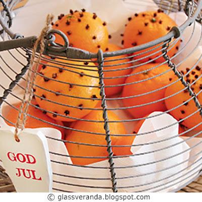 Dekorative mandariner med nellikspiker, snøkrystaller av glass