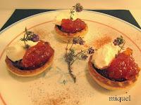 Mini tartaletas de cebolla caramelizada, mermelada de tomate a la vainilla y queso.