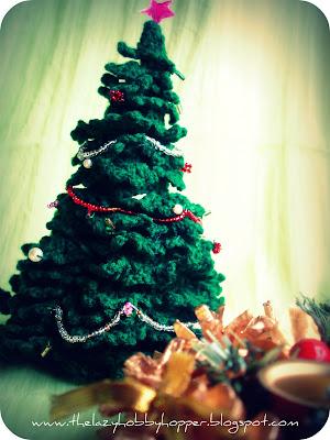 http://thelazyhobbyhopper.blogspot.com/2011/12/crochet-christmas-tree.html