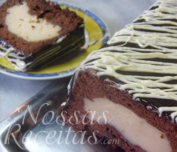 receita de bolo delicioso recheado com creme confeiteiro e levado ao forno para assar