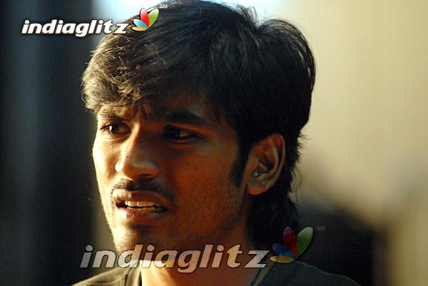 Dhanush+stills+in+polladhavan