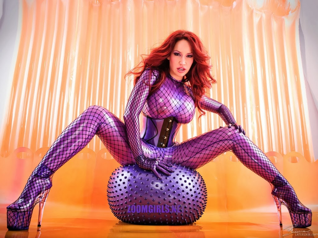 Bianca Beauchamp en tenue latex violette assise sur un ballon