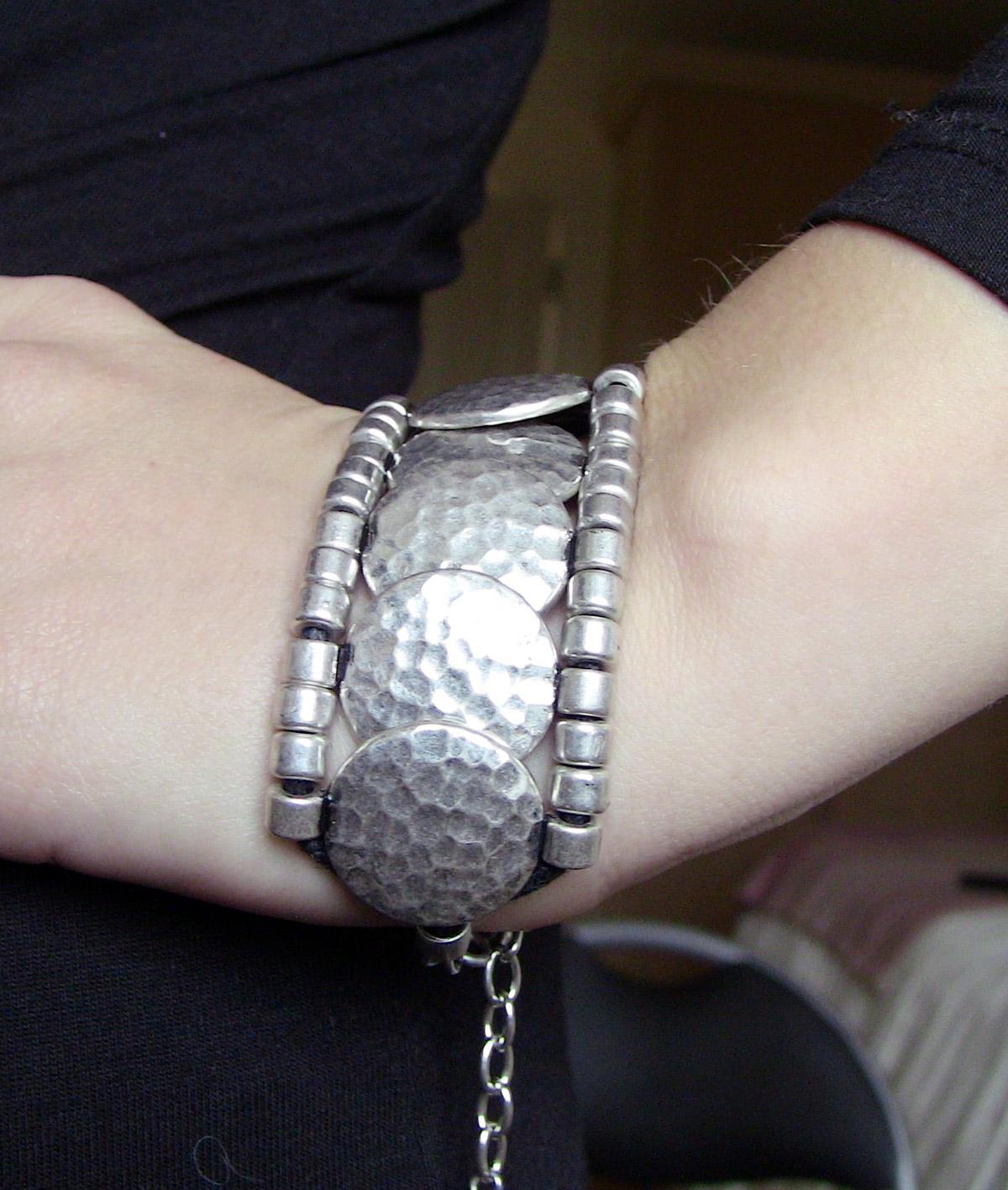http://1.bp.blogspot.com/-KwWNXdjcMZU/TcAM9ujF9YI/AAAAAAAAHSc/o1j2lwh6b-I/s1600/Mumbai-Bracelet.jpg