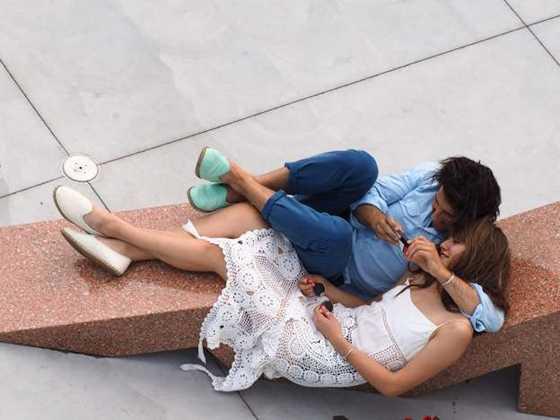 Casal vê o celular no Whitney Museum, é um museu de arte contemporânea localizado em Nova York, Estados Unidos