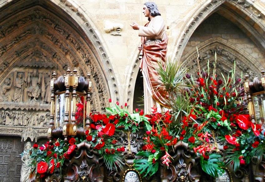 Paso de San Juan de la cofradía del Dulce Nombre de Jesús Nazareno frente a la Virgen Blanca de la Catedral de León. Foto. G. Márquez