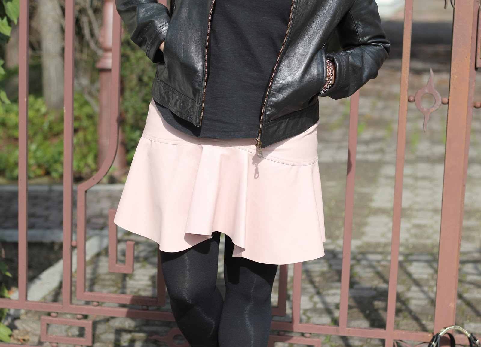 photo-look-streetstyle-pinkleatherskirt-black