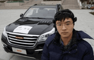 Zhang Zhao طالب من جامعة Tianjinعمل على مشروع تطوير سماعة التحكم العصبي عن بعد