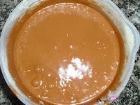 Harina, levadura, canela y azúcar avainillado mezclado con los huevos y el chocolate