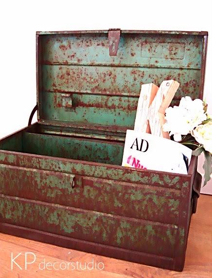 Caja antigua de metal militar vintage. Objetos de época antiguos para decoración en valencia.