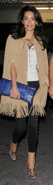 Amal Alamuddin, Amal Clooney capa de camurça com franjas clutch azul