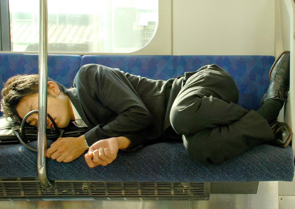 japonés durmiendo en tren